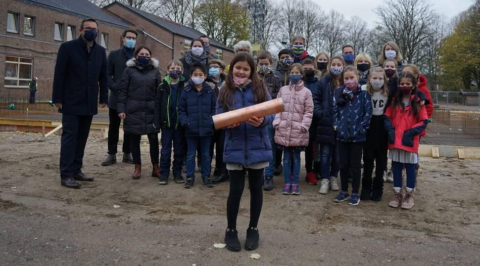 Schüler versenken Zeitkapsel mit Maske und Wünschen für die Zukunft (RP 02.Dezember 2020)